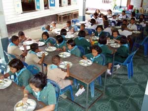 Students at Baan Khlong Hia School have their lunch.